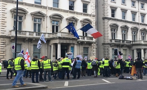 Manifestation en faveur d'un Brexit sans accord devant l'ambassade de France à Londres. Photo (c) M. Colombier