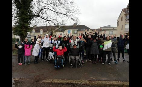 Une quarantaine de participants se sont réunis pour la première marche solidaire PMR et non-PMR organisée par la salle de sport Keep Cool de Châlons-en-Champagne. Photo (c) M. Cugnot