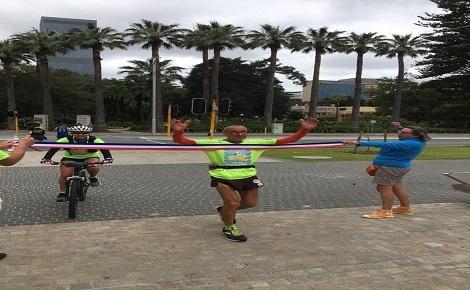 Lionel Rivoire à l'arrivée de son parcours de 2.000 kms, en Australie. Photo (c) C. Rivoire