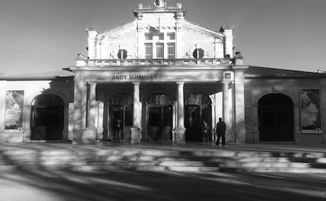 Façade du Pavillon Populaire durant l'expo d'Andy Summers. Photo (c) Elisa Ludovicus