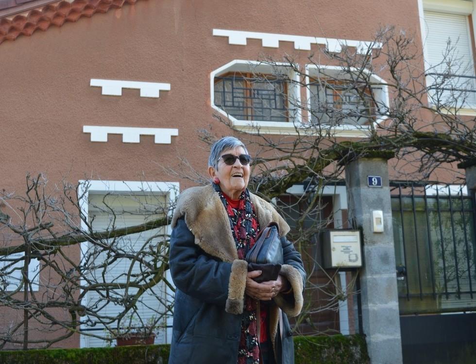 Ginette Kolinka devant la maison saint-marcellinoise où a vécu la chanteuse Barbara. Photo (c) Frédérique Gelas