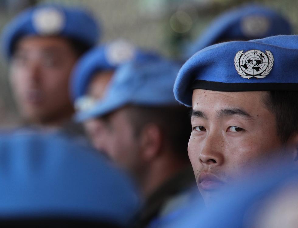 Un Casque bleu chinois de la MONUSCO assiste à une cérémonie de remise des médailles à Bukavu, au Sud Kivu en 2013 - Photo MONUSCO/ Myriam Asmani (Libre de tout droit).