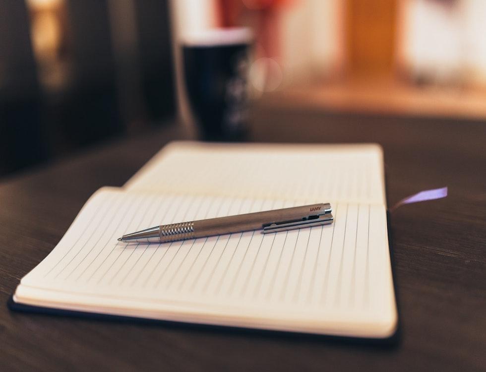Parce qu'il faut une main pour tenir le stylo... Photo (c) Pexels