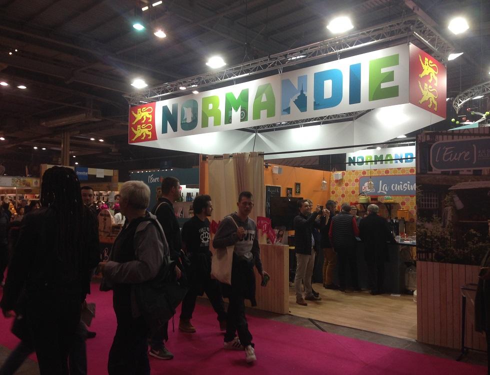 L'entrée du hall Normandie, avec une première dégustation des produits du terroir pour débuter la visite (c) J.Cridling