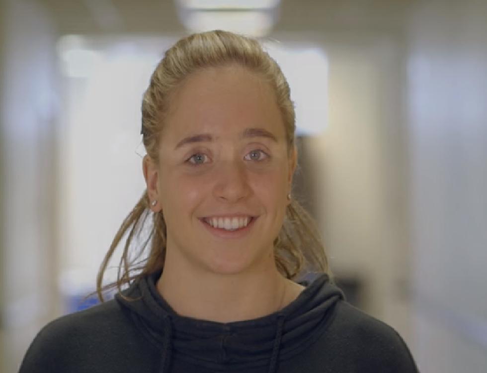 """"""" Nous avons tous la capacité de contribuer au progrès, quel que soit notre âge. La science est synonyme d'espoir et d'opportunités."""" Citation d'Olivia. Photo (c) youtube Grand Prize Winner - Olivia Hallisey - Google Science Fair 2015"""