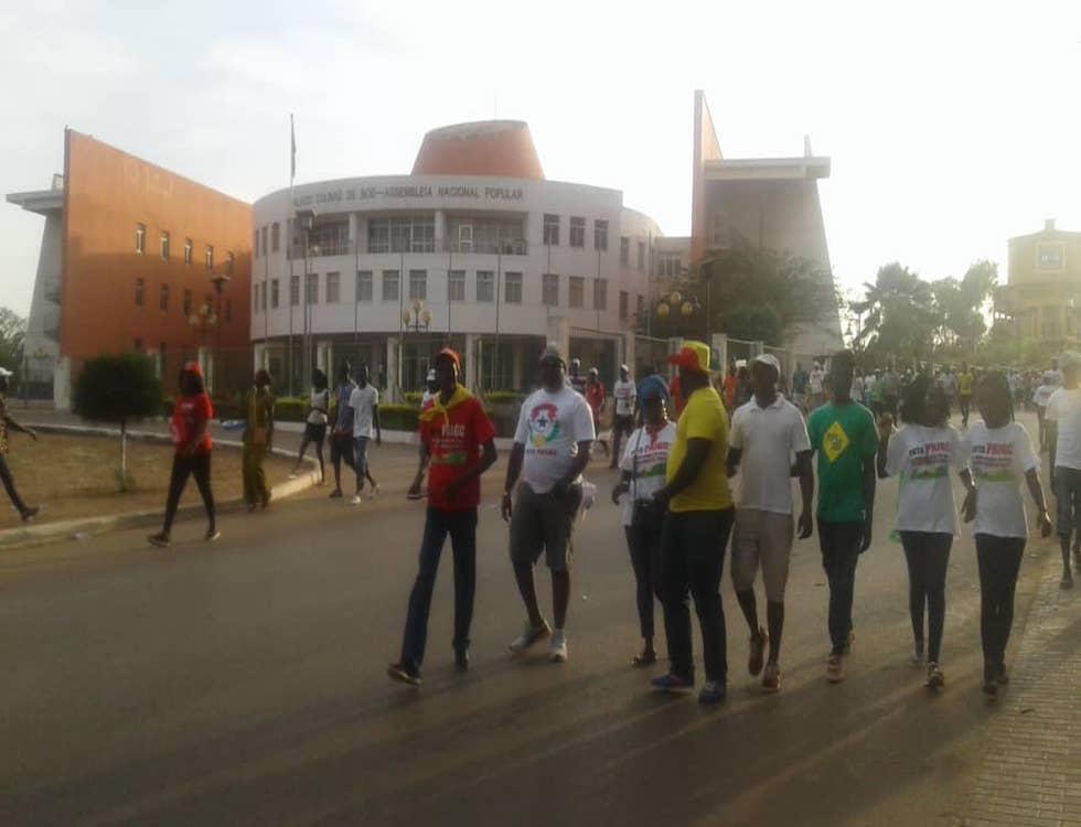 Des militants du PAIGC devant l'assemblée nationale de Guinée Bissau (c) Geremias Manga