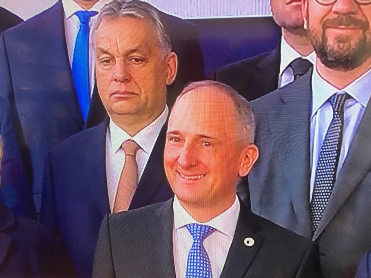 Viktor Orban peu souriant sur la photo de famille du Conseil européen (c) Ngh