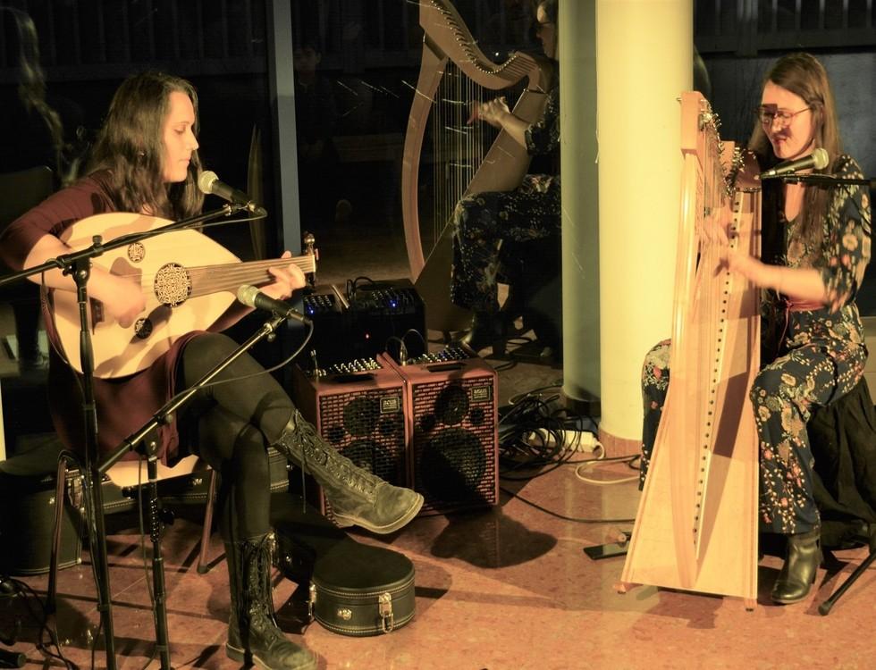 Oud (à gauche) et harpe celtique (à droite)