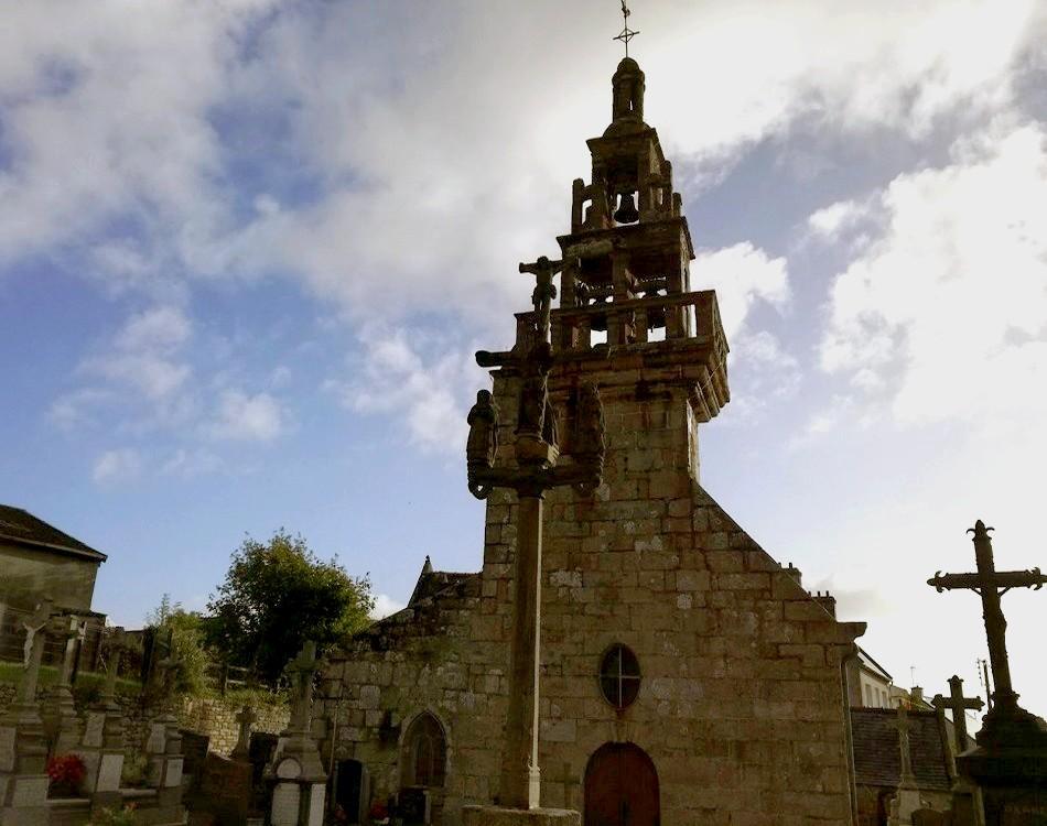La chapelle de Loc Maria, et son calvaire ciselé, dominent la campagne environnante (c) E.V.