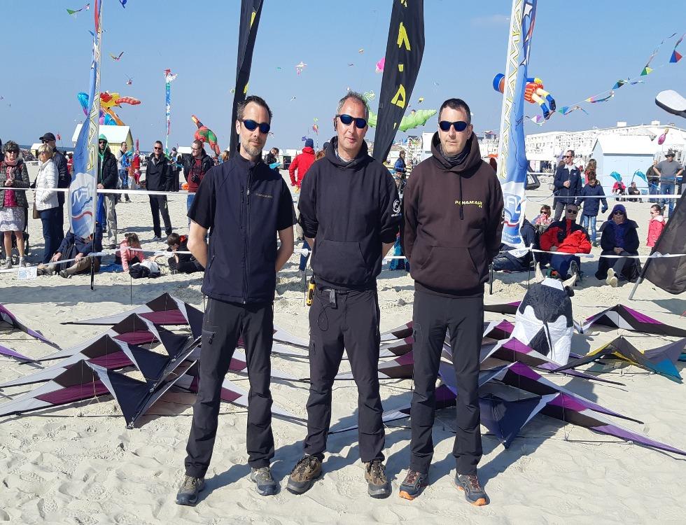 Trois des quatre membres de l'équipe de cerf-voliste, Panam'air