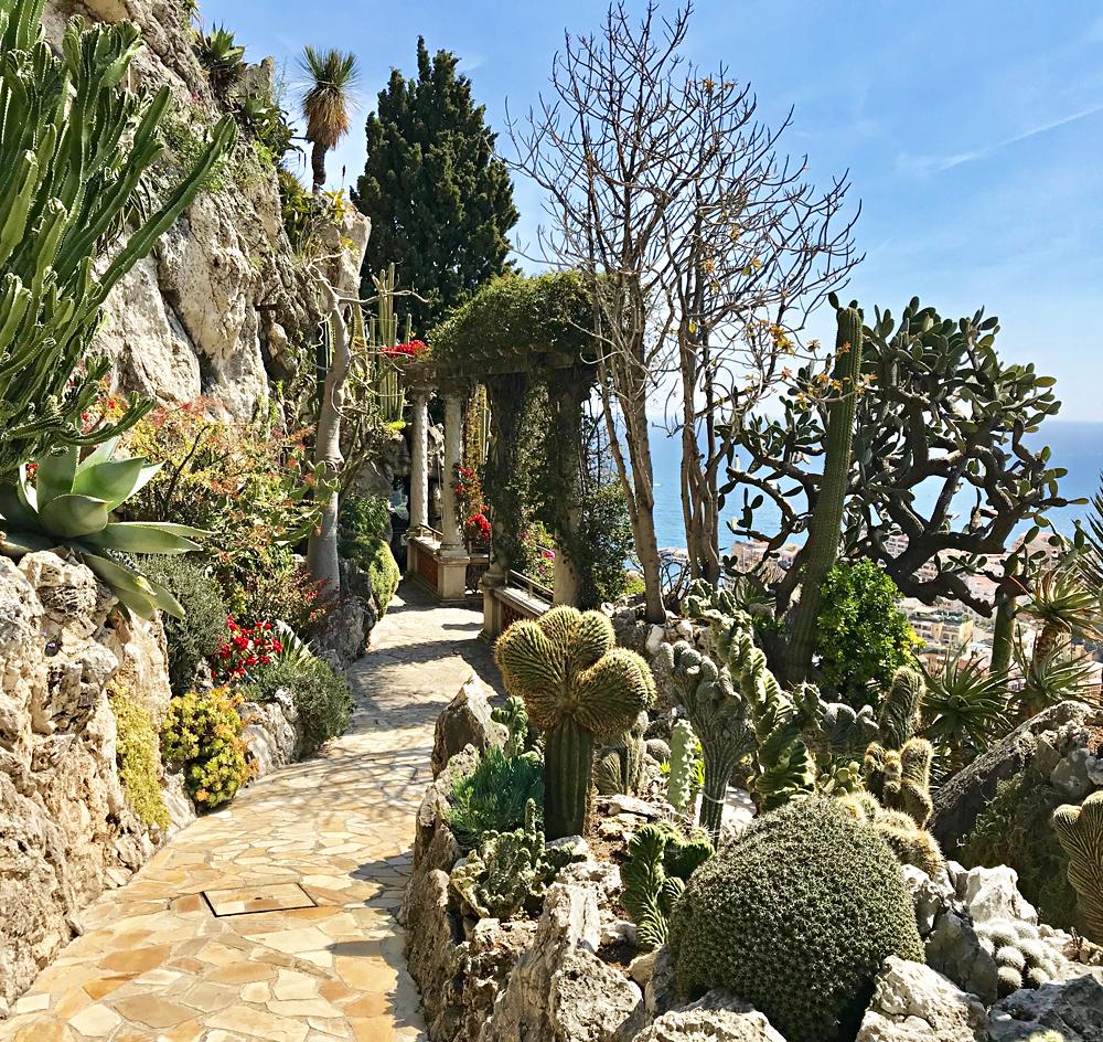 Les allées du Jardin Exotique de Monaco. Photo (c) Charlotte Longépé.