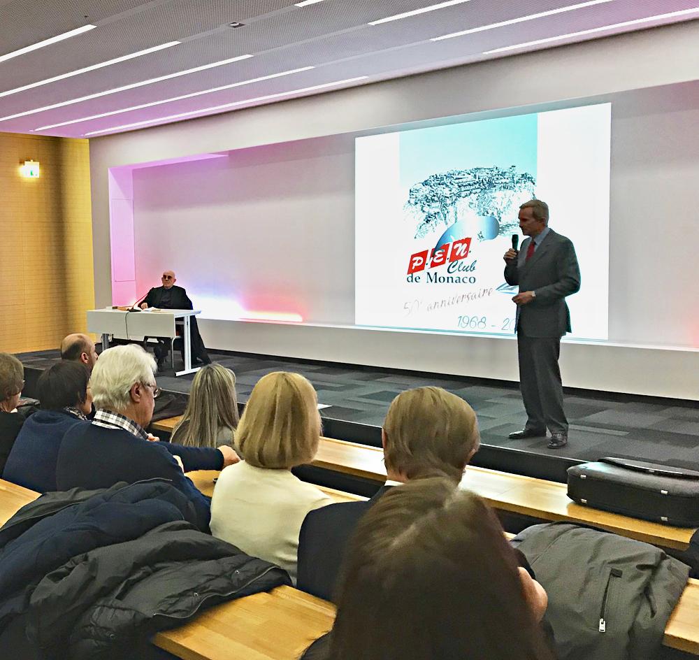 Pierre Caizergues et Jean-Yves Giraudon (président du P.E.N. Club de Monaco) présentant la conférence Apollinaire et le Cirque à Monaco. Photo (c) Charlotte Longépé.