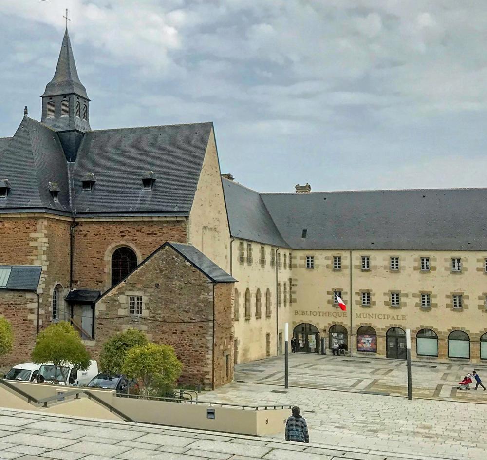 Vue de la Bibliothèque de Dinan (Côtes-d'Armor), 20 rue Waldek-Rousseau. Photo (c) Charlotte Longépé