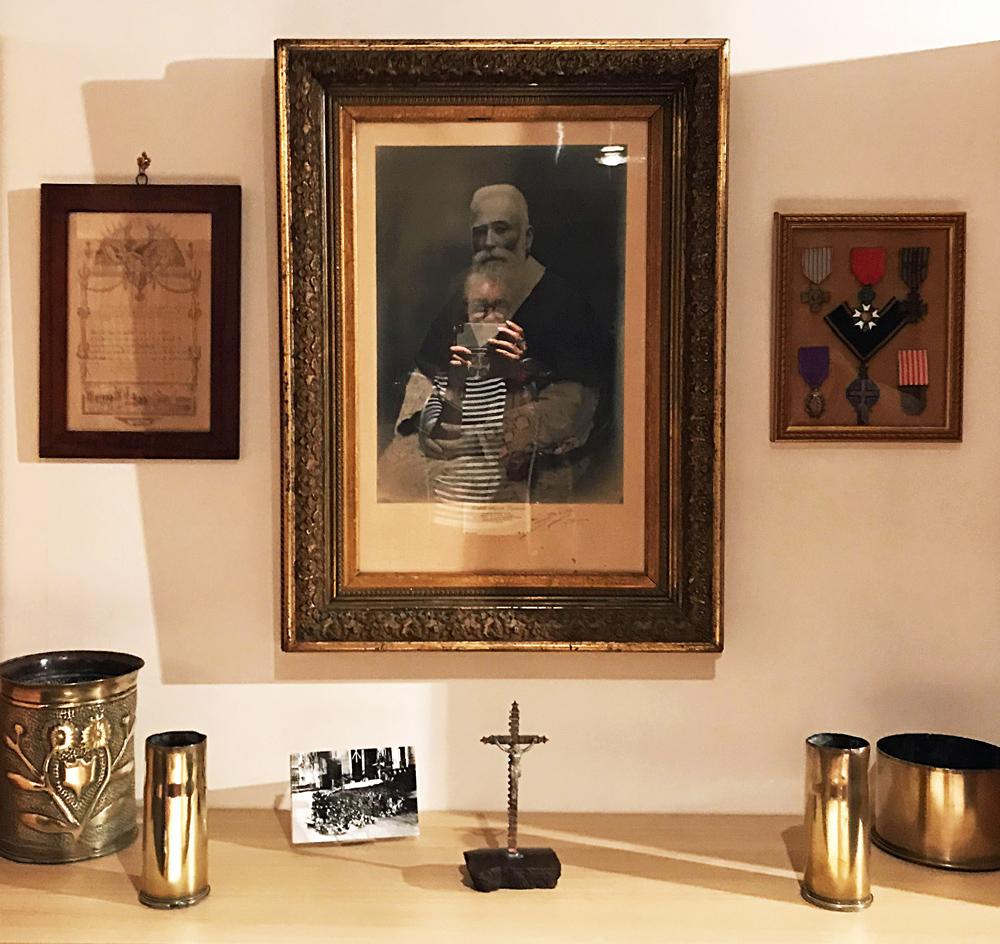 Photographies, médailles et divers objets personnels de l'abbé Auguste Lemasson à la BM de Dinan. Photo (c) Charlotte Longépé