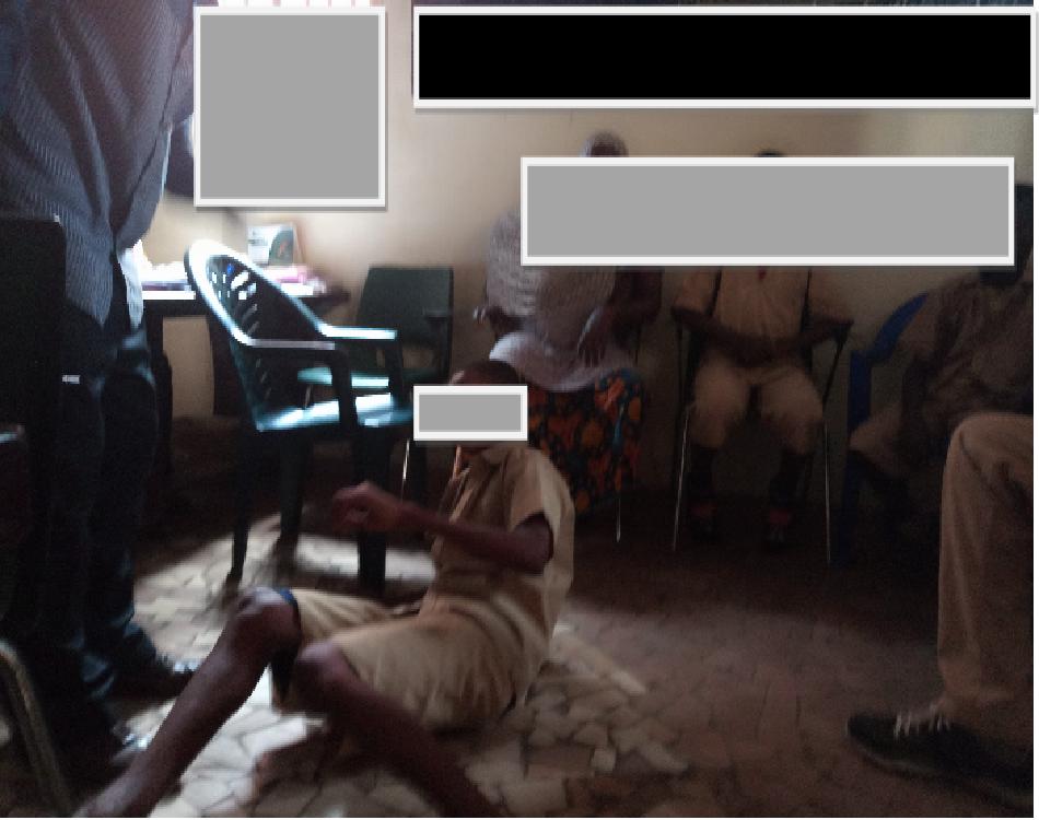 Un maître d'école corrigeant au fouet un élève (c) Boubacar Barry