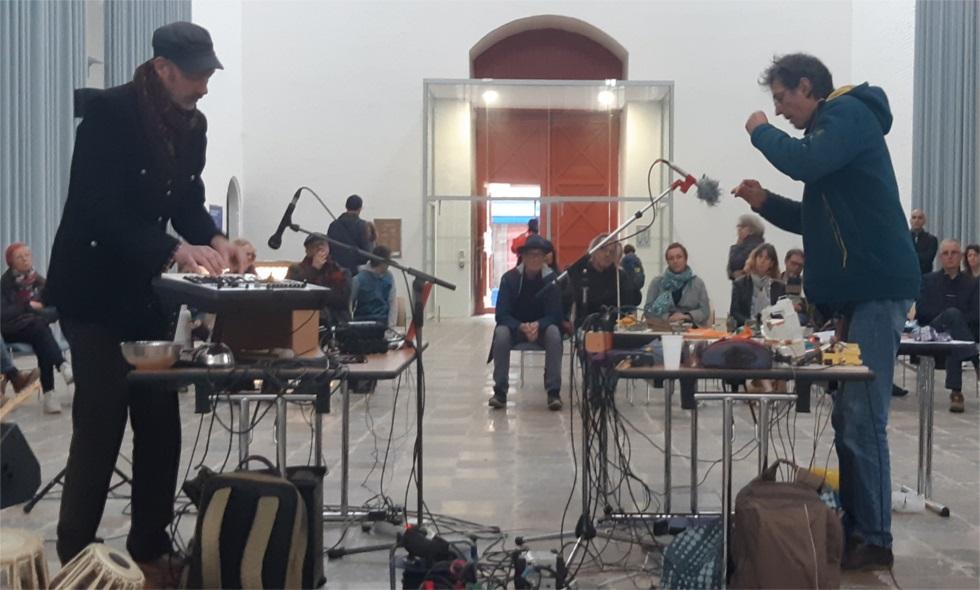 """""""Jean-Bernard (à gauche), de son côté, crée des sonorités à l'aide d'objet du quotidien; tandis que Frédéric (à droite), les crée à l'aide d'objets récupérés et transformés en instrument."""" (c) Ophélie Duriez"""