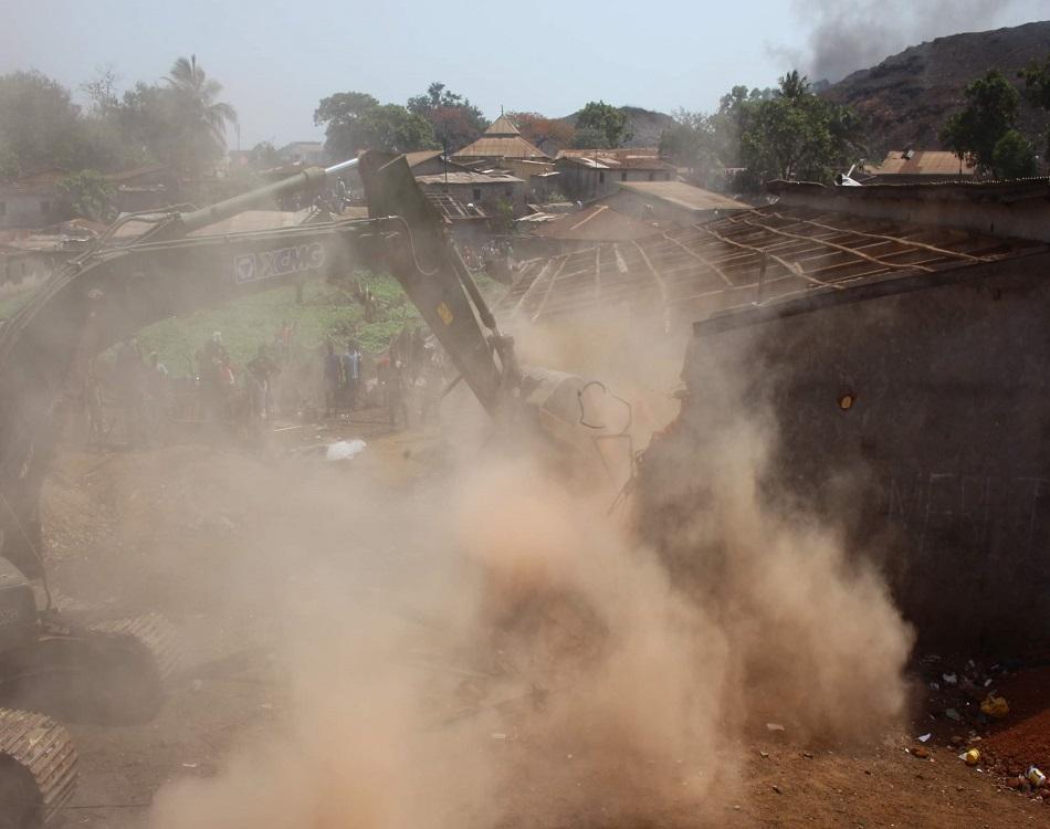 Démolition des maisons au bord d'une décharge à Conakry. (c) Boubacar Barry
