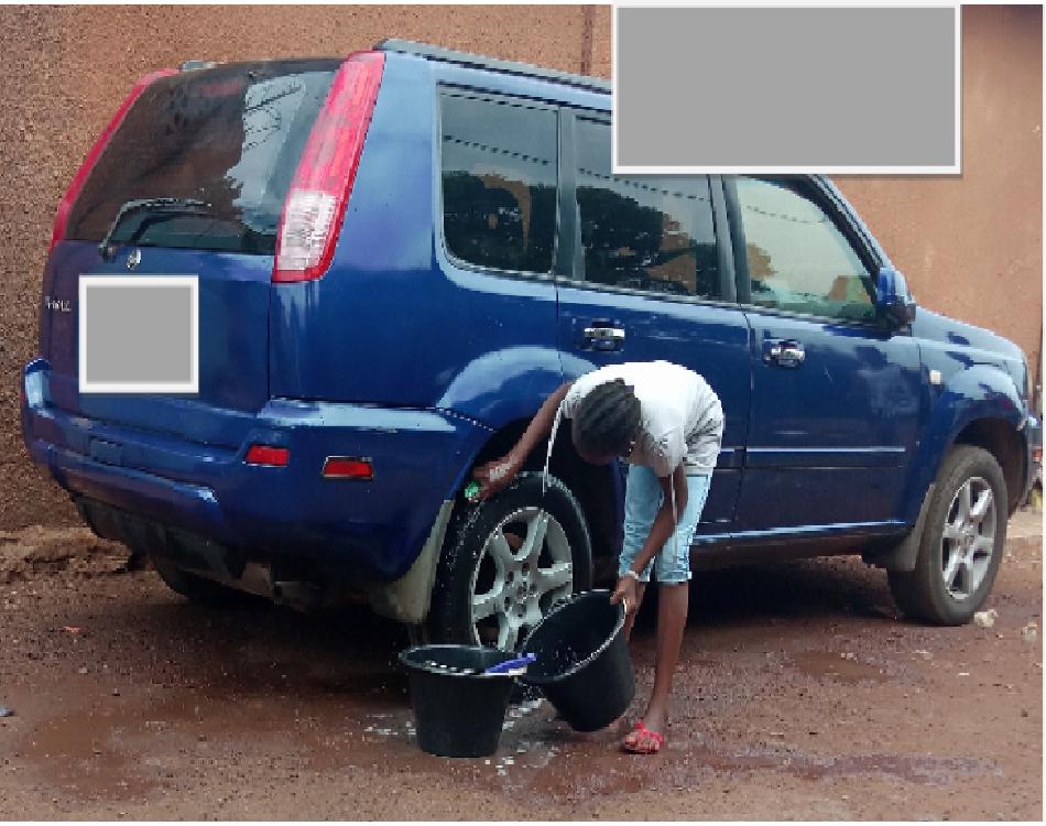 Elle lave la voiture de sa famille adoptive. (c) Boubacar Barry