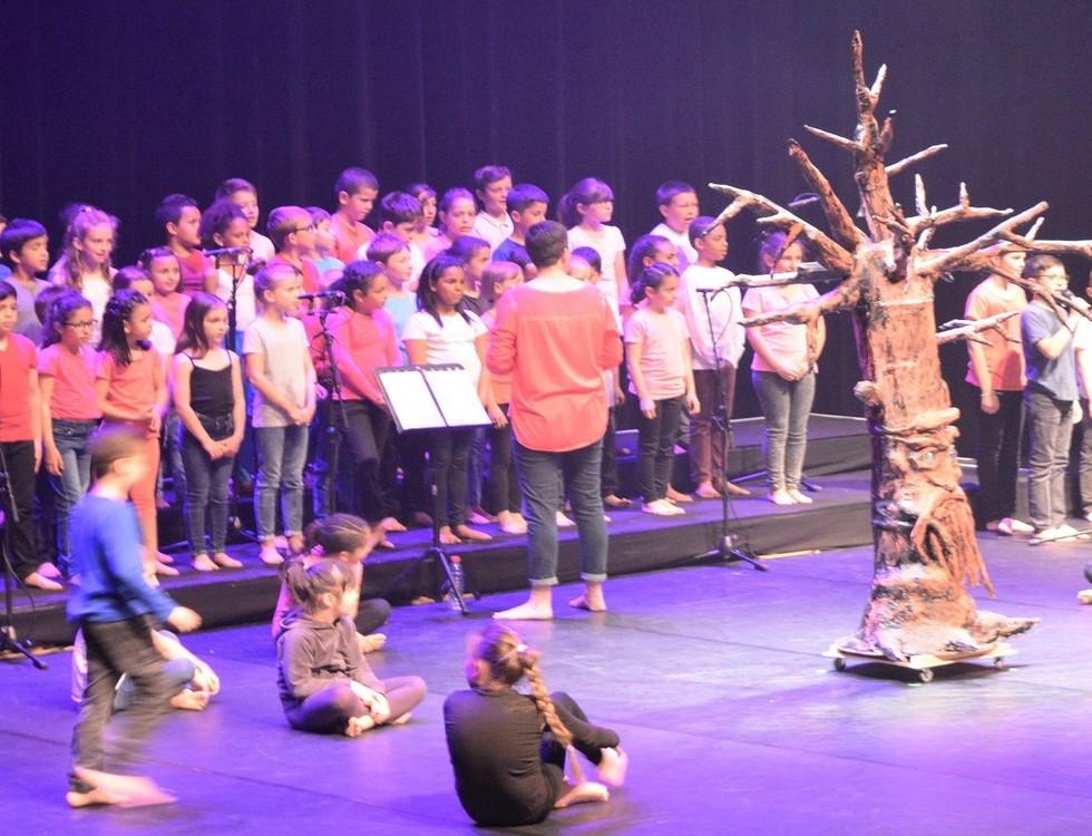 120 élèves des écoles saint-marcellinoises sur la scène du Diapason (c) Frédérique Gelas
