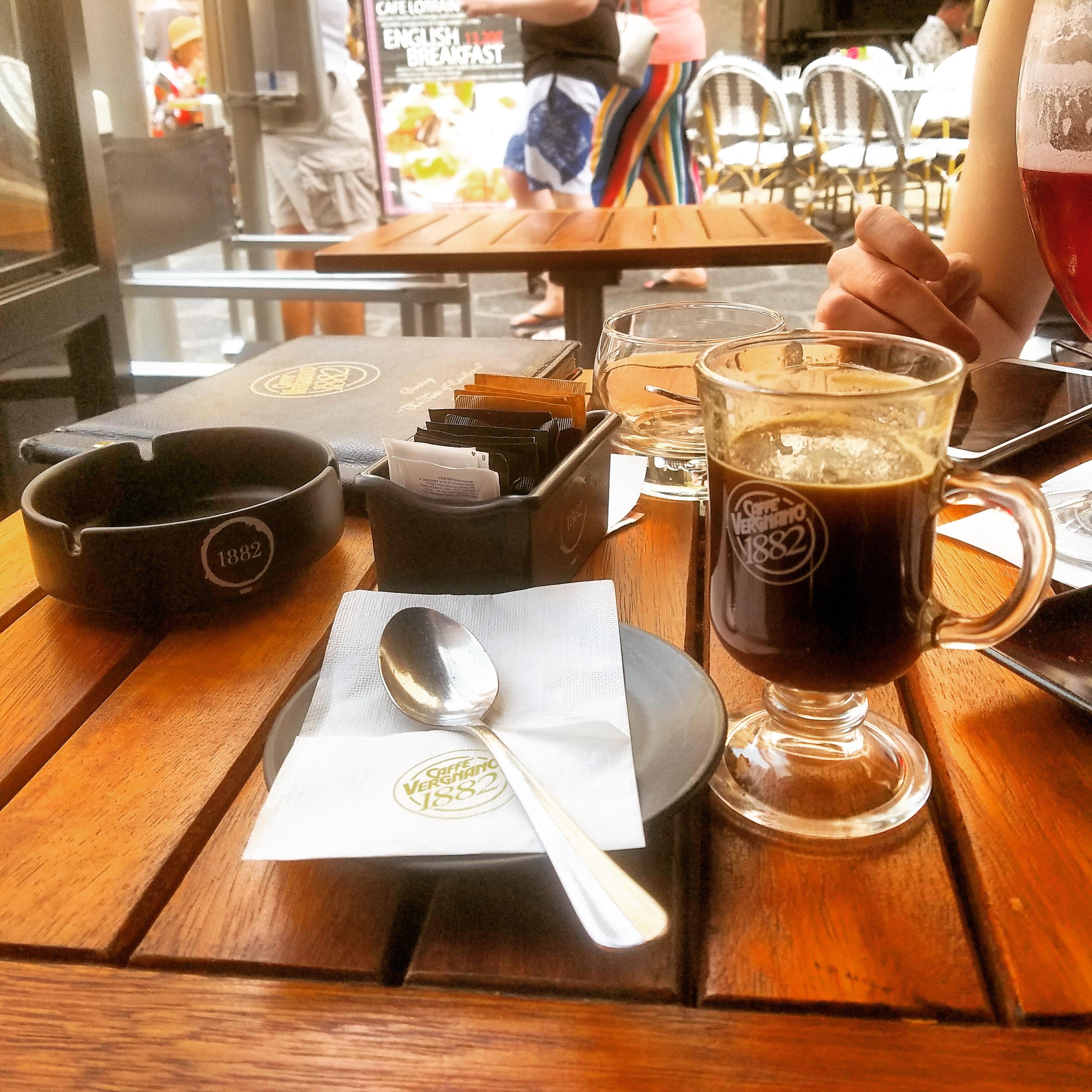 Un café en terrasse (c) Sarah Barreiros.