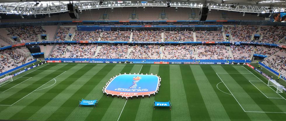 Cérémonial d'avant-match devant des tribunes dégarnies. Photo (c) Serge Gloumeaud