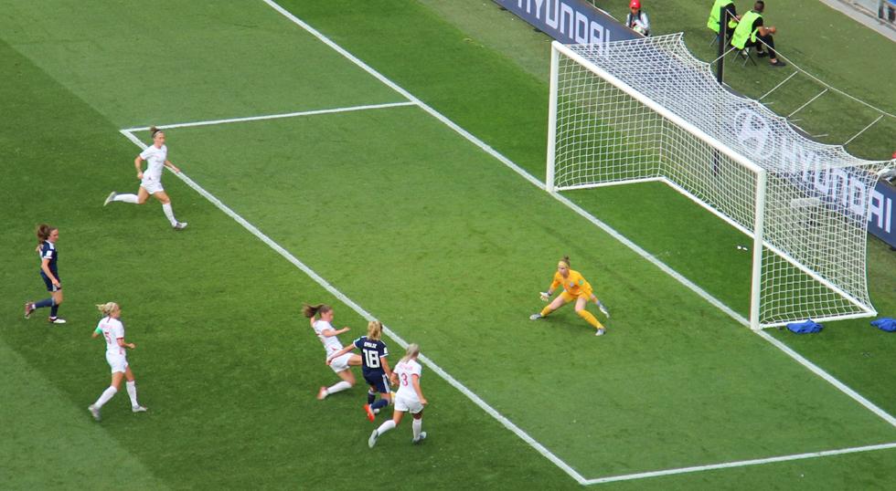 Sur cette action, l'Écossaise Claire Emslie marquera mais c'est l'Angleterre qui l'emportera. Photo (c) Serge Gloumeaud