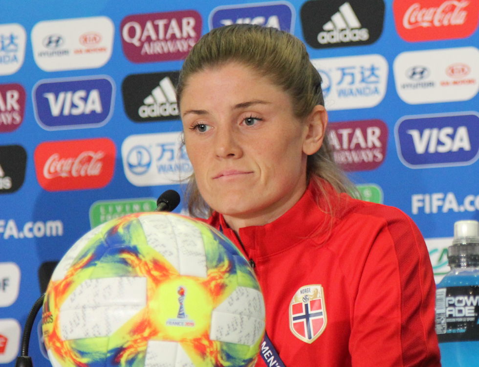 Maren Mjelde, la capitaine norvégienne. Avec ses 130 sélections, elle est la plus expérimentée de son équipe. Photo (c) Serge Gloumeaud