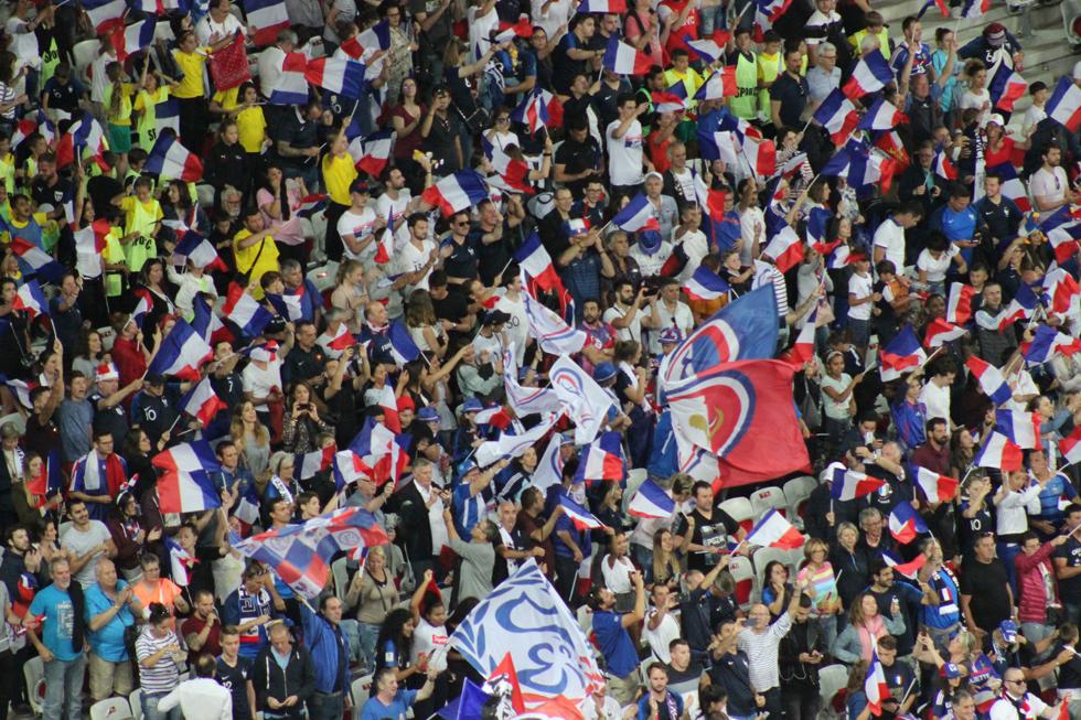 Le public fête l'ouverture du score par Valérie Gauvin. Photo (c) Serge Gloumeaud