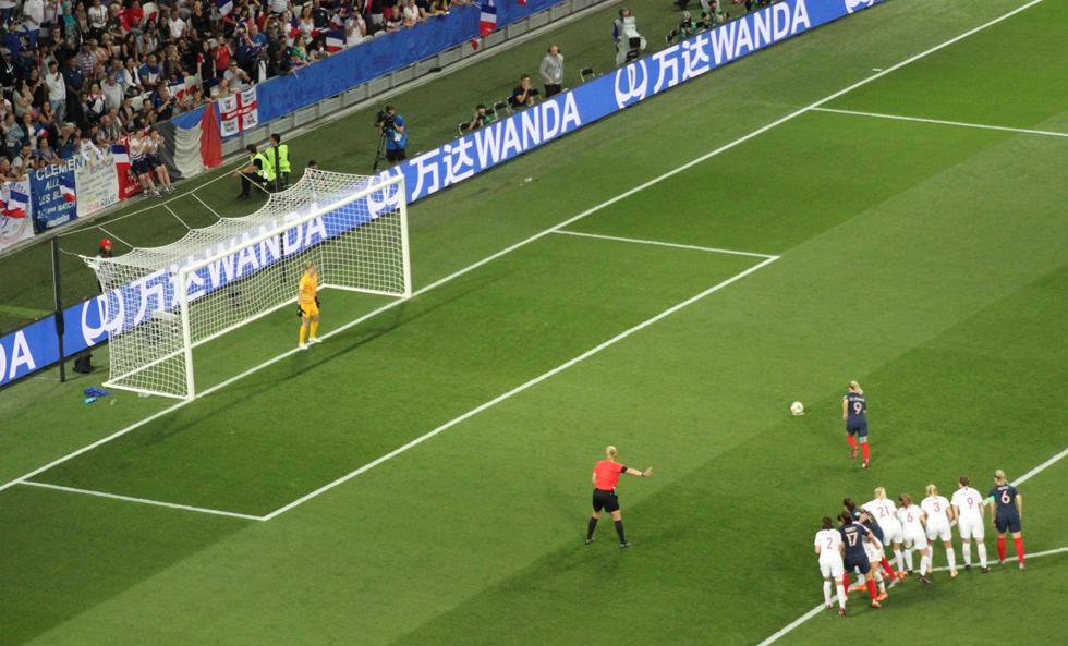 Par ce penalty, Eugénie Le Sommer donne la victoire aux Bleues. Photo (c) Serge Gloumeaud