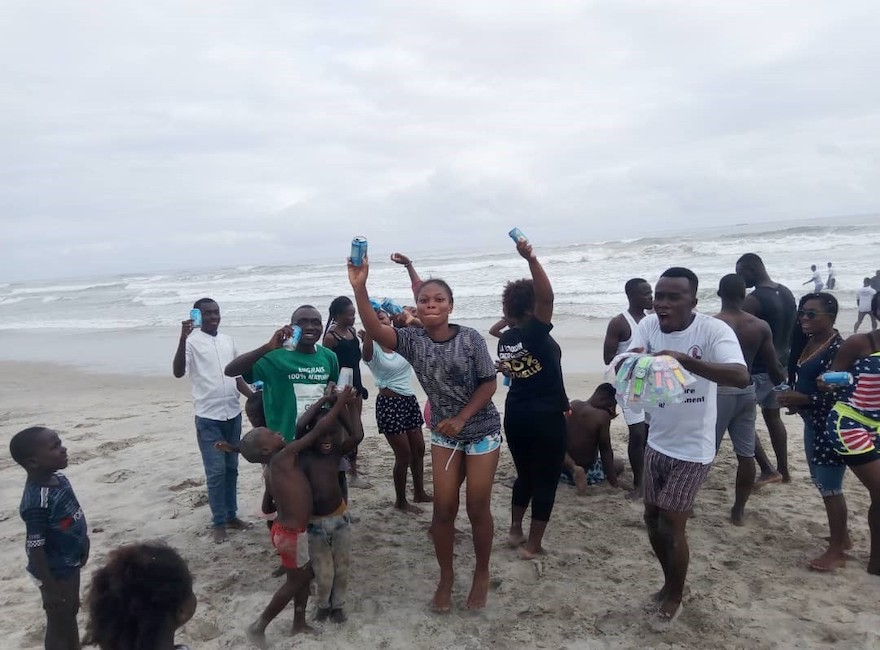 """Les participants à l'opération """"Green Beach"""" enthousiastes d'assainir la plage d'Assinie (c) Junior Aka"""