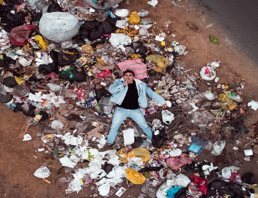 Chaque homme avale 250 grammes de plastique par an. Crédit photo: Jordan Beltran @Unsplash