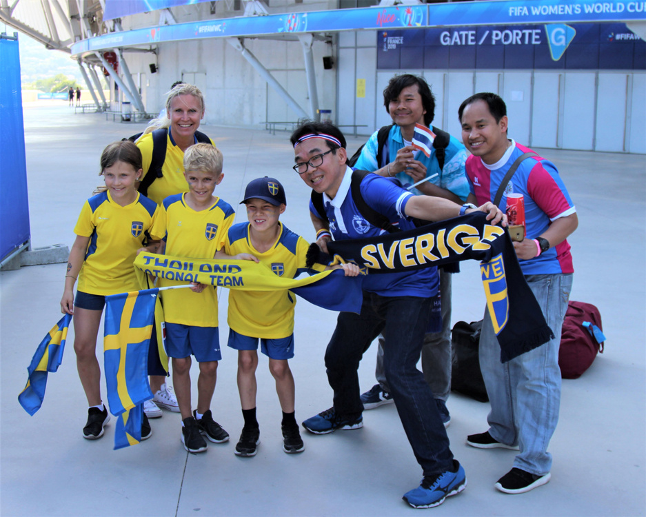 Ambiance bon enfant. Vithoon (avec les lunettes), suit la Thaïlande partout où elle joue. Photo (c) Serge Gloumeaud