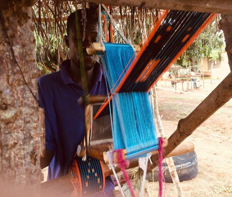 Un tisserand sur la route de Bouaké en Côte d'Ivoire(c) Laurence Marianne-Melgard