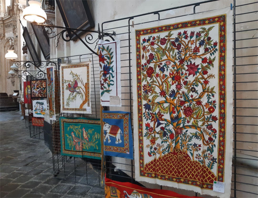 """""""Tradition datant de plusieurs millénaires, ce sont des peintures en partie végétales, réalisées sur des toiles en coton."""" (c) Ophélie Duriez"""
