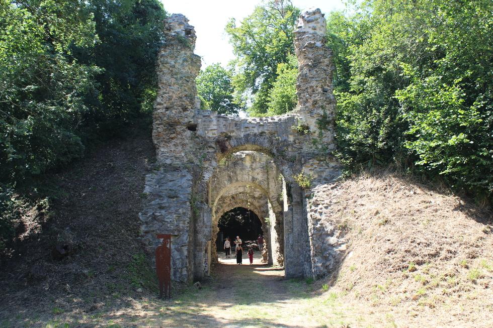 La tour porche datée du XIIème siècle © J. P.