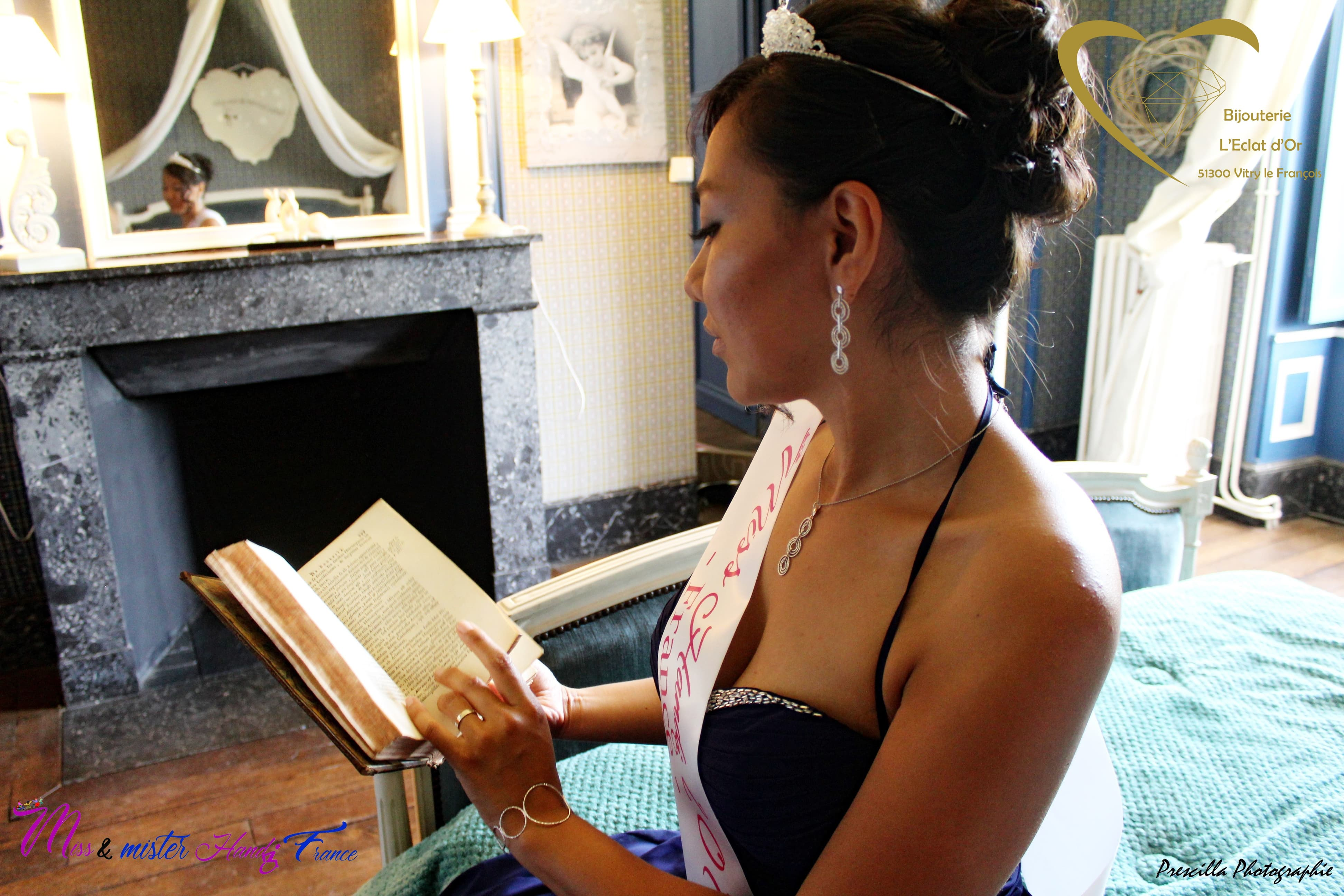 Miss handi France 2019 pose, livre à la main au château de Vitry-la-Ville (c) Prescilla photographie