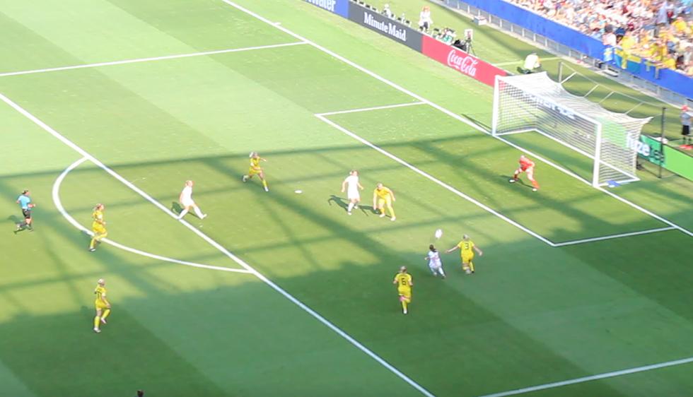 Sur cette action, l'Angleterre réduit le score... en vain. Photo (c) Serge Gloumeaud