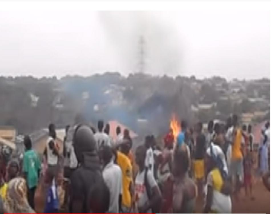 """""""Révolte des citoyens contre un féticheur accusé de sacrifice humain à Dubréka"""", en 2016. Capture vidéo GuineeMatin"""