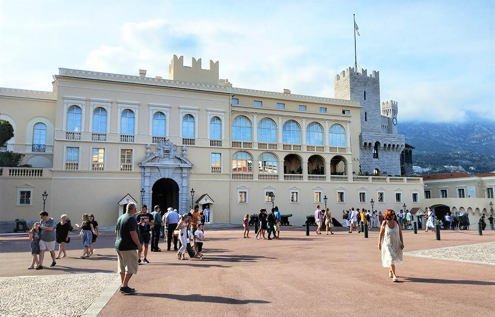 La place du Palais et les fenêtres derrière lesquelles se cachent les Grands Appartements. Photo (c) Serge Gloumeaud