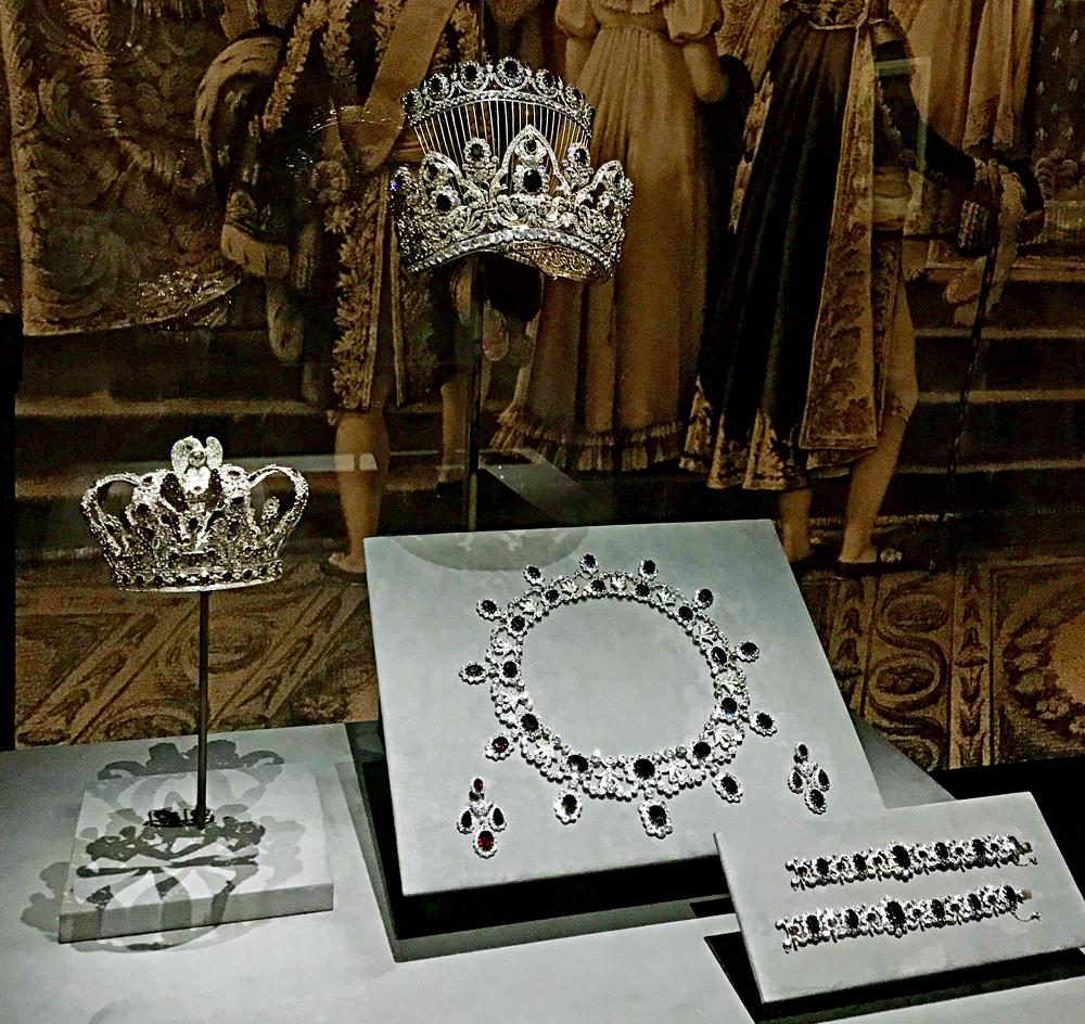 Réplique de la parure de rubis et diamants de l'impératrice Marie-Louise commandée chez Nitot et Fils en 1811 (or, argent, saphirs blancs, zircons, grenats). Photo (c) Charlotte Longépé.