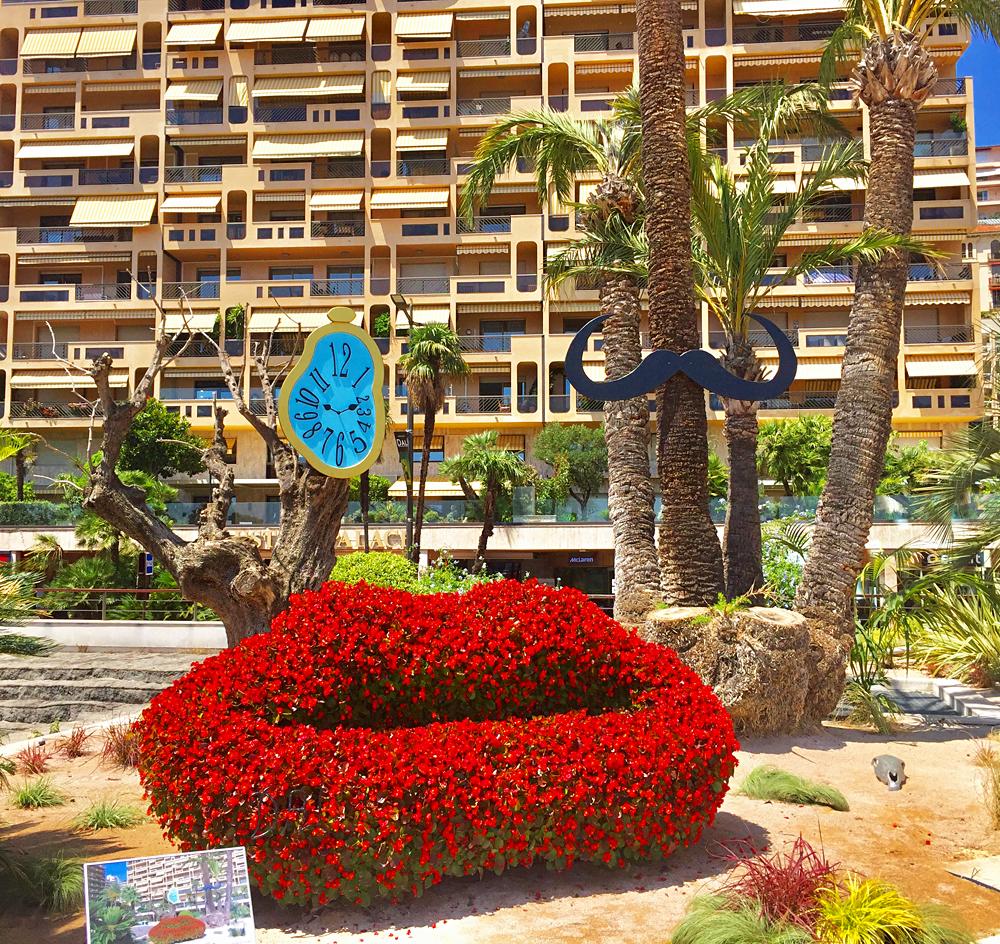 Monaco se décore des figures mythiques de Dali, ici sur l'esplanade du Grimaldi Forum. Photo (c) Charlotte Longépé.