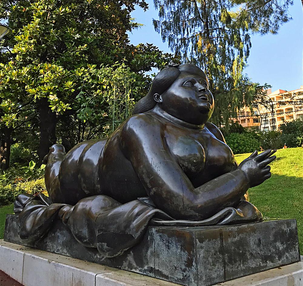 Woman smoking a cigarette 1987 sculpture de Botero exposée de façon permanente dans les jardin de Fontvieille à Monaco. Photo (c) Charlotte Longépé.