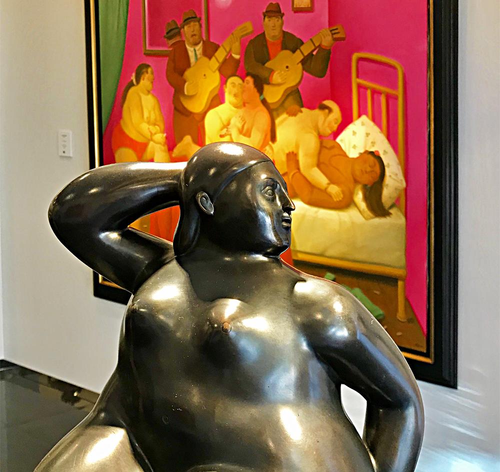 Donna Seduta Su Cobo, bronze 2006; en arrière plan Fin de Fiesta, huile sur toile 2009. Photo (c) Charlotte Longépé.