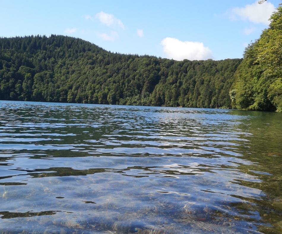 Les abords du lac Pavin, ac le plus profond d'Auvergne avec près de 93 m de profondeur, une légende affirme que ses eaux recouvrent une cité engloutie / (c) E.V.