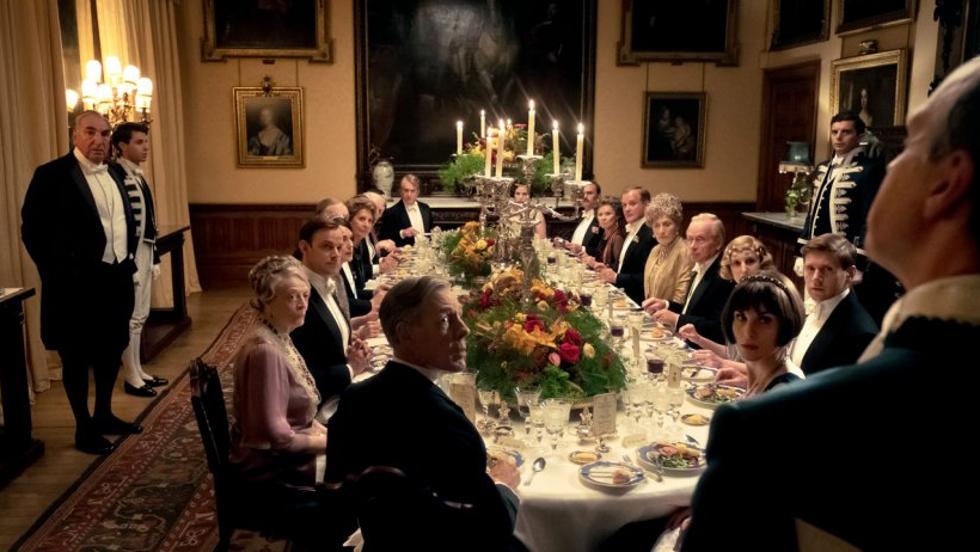 """""""La famille Crawley y est réuni au grand complet, ainsi que leur domestiques toujours plus dévoués à chaque nouveau défi: ici, la venue du Roi d'Angleterre, George V, à Downton. """" (c) Universal Pictures France"""