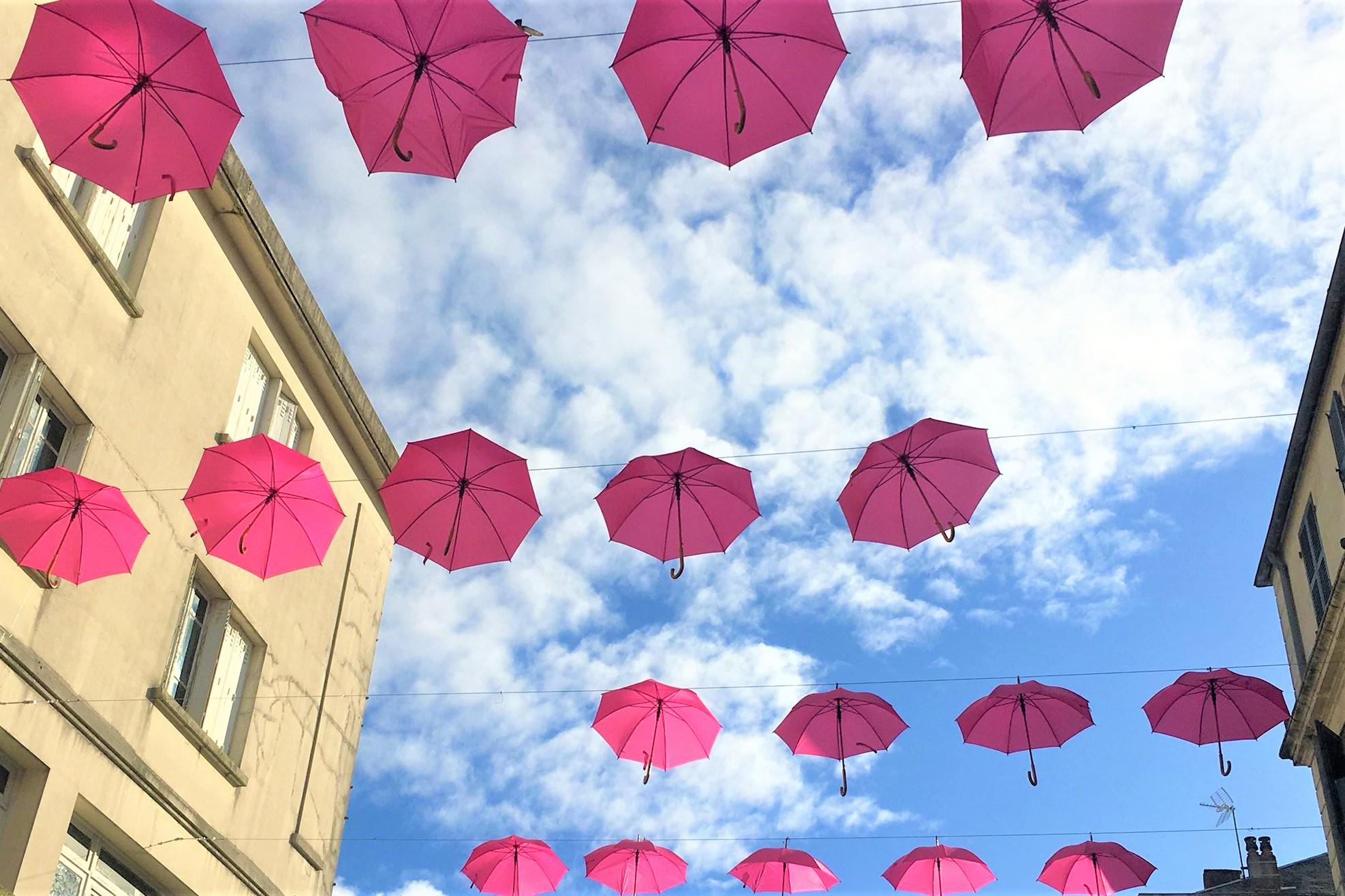 Des parapluies rose ornent de nombreuses villes, comme ici, à Rochefort-sur-Mer, (c) EB