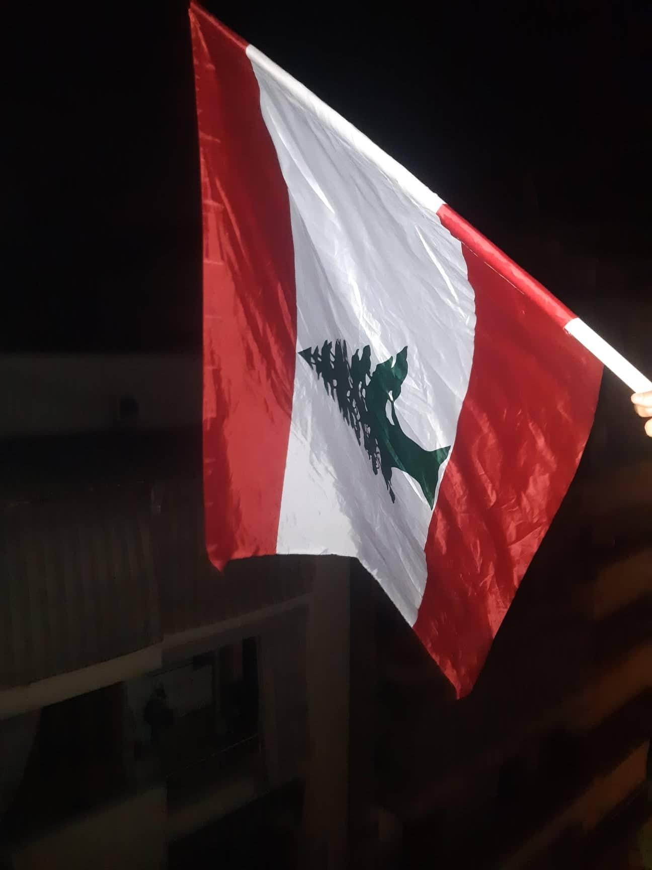 Dans toutes les rues du pays, c'est le drapeau libanais qui flotte, aucun autre drapeau n'est toléré car cette fois ci le peuple est uni. Les Libanais de tout bords politiques et de toutes classes sociales sont les uns aux côtés des autres pour défendre un intérêt commun et réclamer une amélioration des conditions de vie. Crédit photo CJ