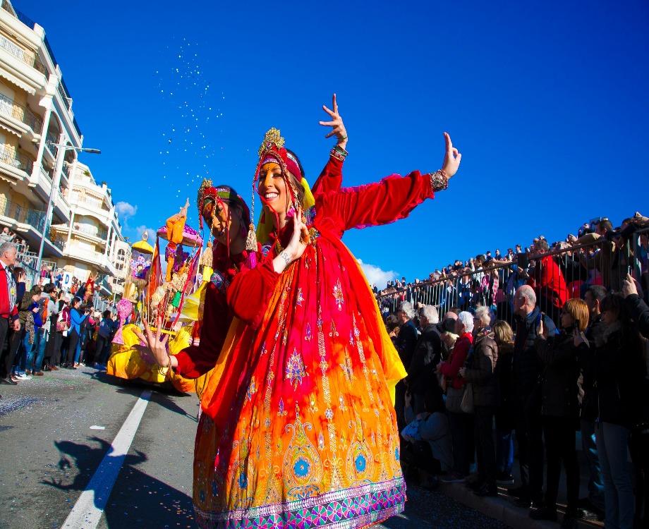Deux danseuses bollywoodiennes pendant le corso de fruits d'or sur la Promenade du soleil (c) Ville de Menton