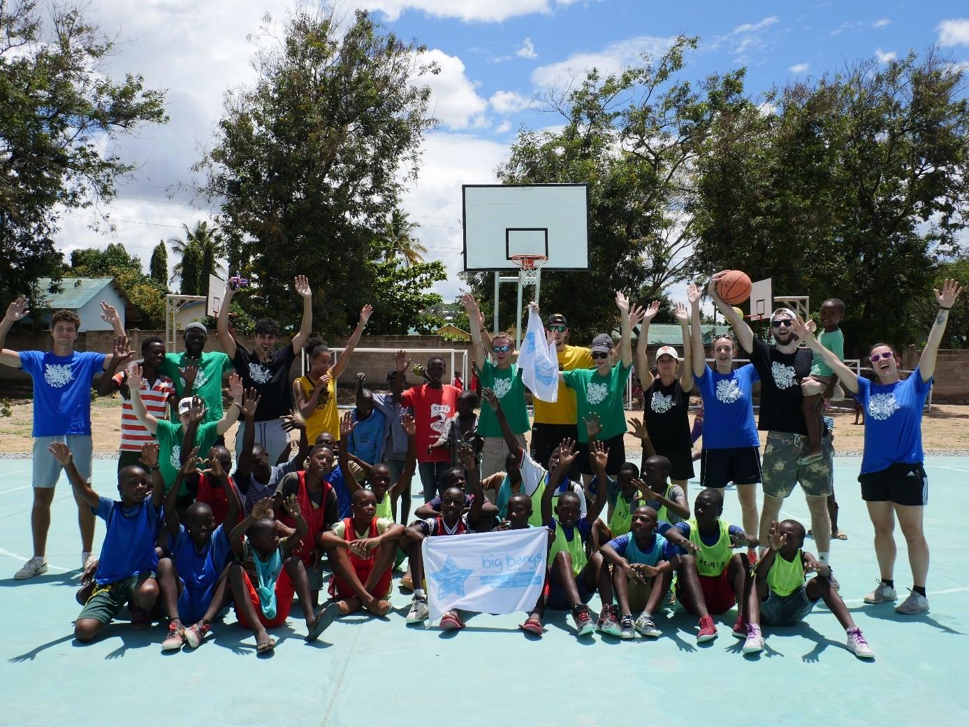 Grâce au soutien de l'ONG Sport Charity Mwenza, les jeunes Européens ont pu aller à la rencontre de publics différents. (c) BBB France