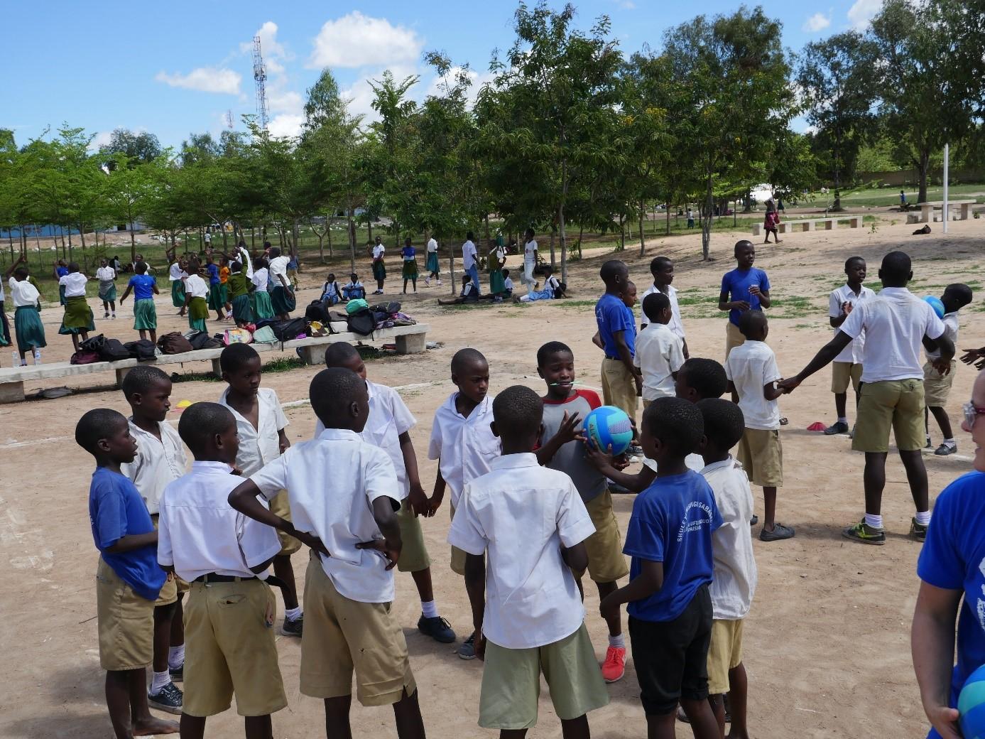 Lors de l'une des actions, les jeunes ont du encadrer plus de 200 enfants, et avec seulement 10 ballons, ils s'en sont tout de même sortie! (c) BBB France